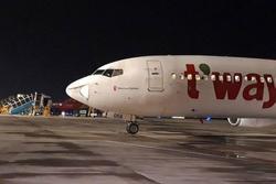 Máy bay Hàn Quốc hạ cánh khẩn xuống Tân Sơn Nhất sau tiếng động lớn