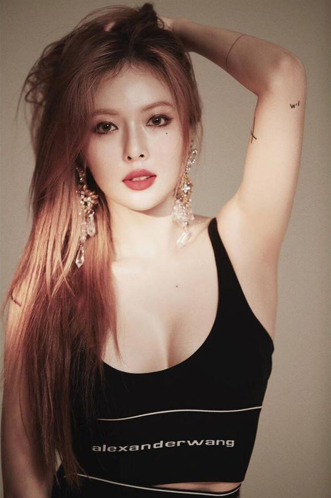 Quả bom sexy HyunA bị chê rẻ tiền vì vén váy khoe nội y, hài nhất là phản ứng sốc tận óc của vũ công phụ họa-1