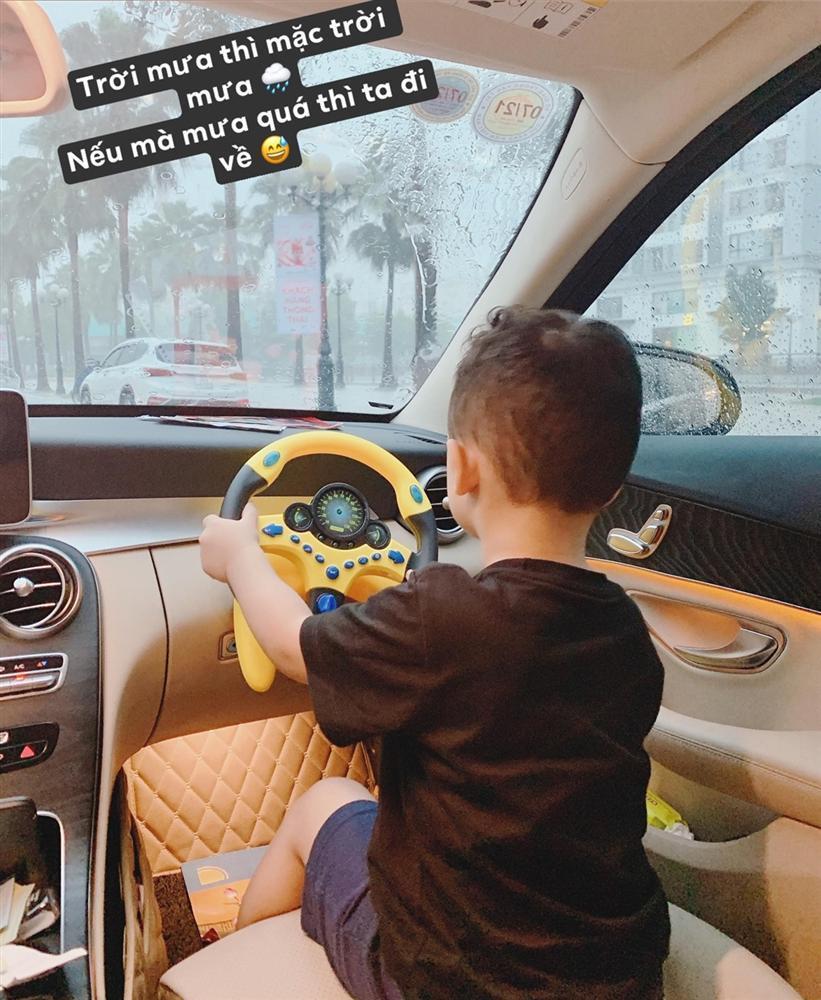 Ly Kute gây xôn xao khi để con trai 3 tuổi cầm vô lăng điều khiển ôtô nhưng sự thật mới ngã ngửa-1