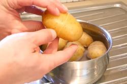 Mẹo bóc vỏ khoai tây trong nháy mắt