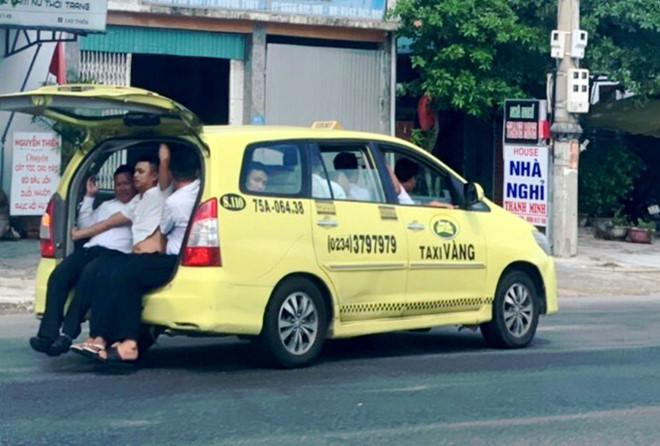 Thò chân xuống đường, 11 người trên taxi mở cốp ở Huế đều là tài xế-1
