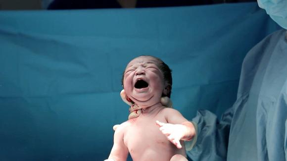 Diễn viên Lê Phương khoe gương mặt đáng yêu như thiên thần của con gái mới sinh-3