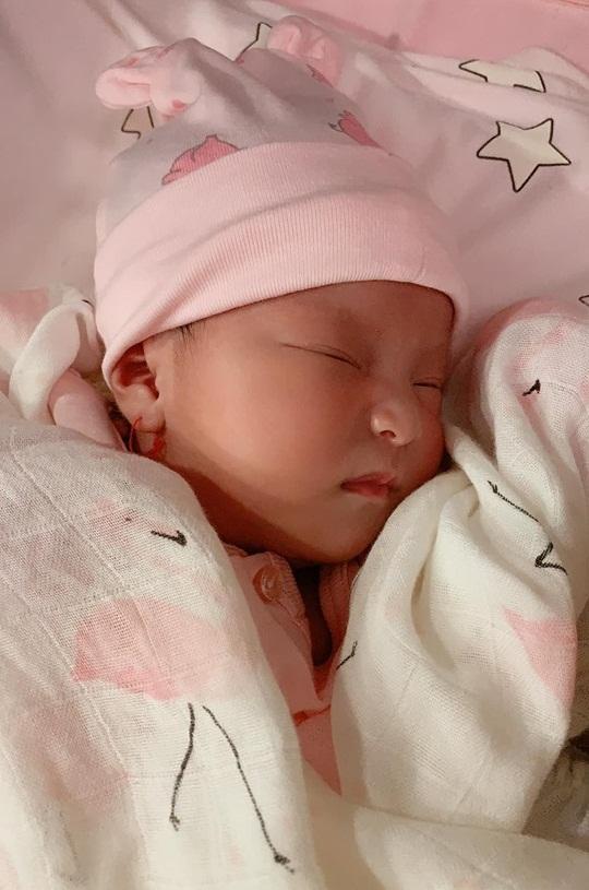Diễn viên Lê Phương khoe gương mặt đáng yêu như thiên thần của con gái mới sinh-2