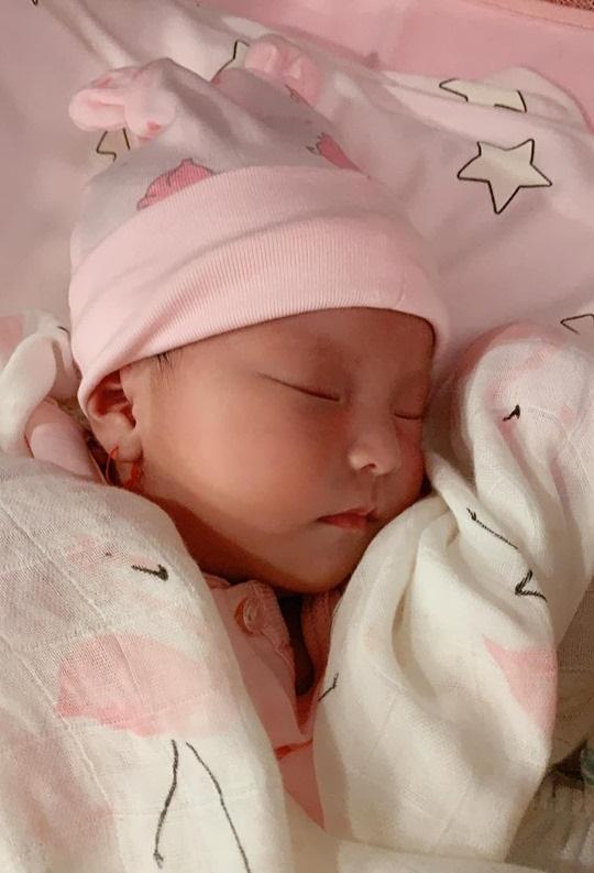 Diễn viên Lê Phương khoe gương mặt đáng yêu như thiên thần của con gái mới sinh-1