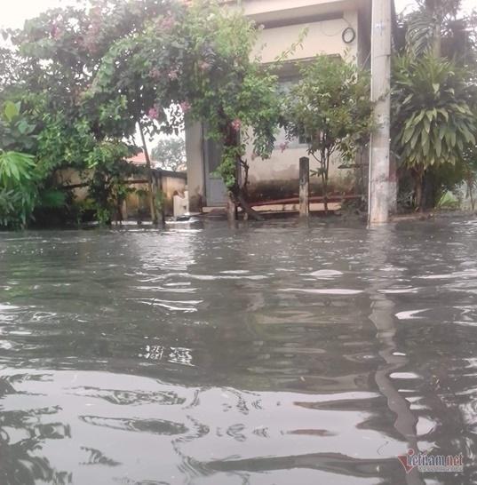 Tàu hỏa ra Bắc mắc kẹt vì nước ngập đường sắt ở Sài Gòn-1