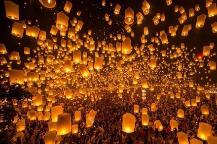 Nghìn ngọn đèn hoa đăng thắp sáng trời đêm Thái Lan