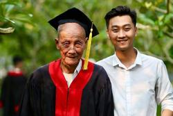 Nam sinh mặc áo cử nhân cho ông nội sau buổi lễ tốt nghiệp để bày tỏ lòng biết ơn khiến nhiều người xúc động