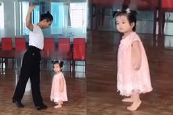 Dạy múa cho con gái 1 tuổi, Phan Hiển ngậm 'trái đắng' vì ái nữ không thèm nhìn bố dù chỉ 1 giây