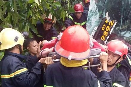 Tai nạn xe khách tại Bình Dương, hàng chục người kêu cứu