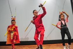 Lục Tiểu Linh Đồng vẫn múa gậy, làm trò ở tuổi 60