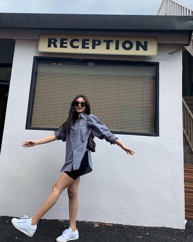 Ngọc Trinh bắt chước Kendall Jenner, Bella Hadid lăng xê kiểu túi vintage kẹp nách-11