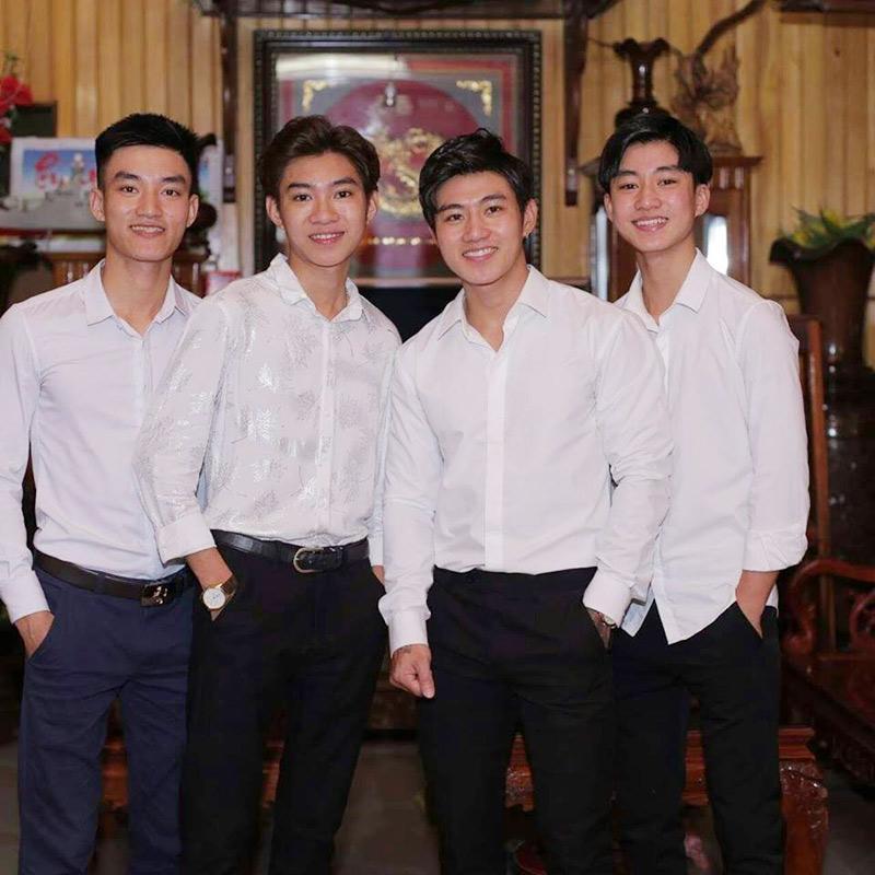 Bà mẹ Nghệ An thành tâm điểm chú ý khi đăng ảnh 4 cậu con trai đẹp như tranh vẽ nhưng vẫn ế lên mạng để tuyển dâu-2