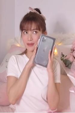 Kỷ niệm 3 tháng yêu nhau, Sĩ Thanh được người tình kém tuổi tặng combo iPhone 11 lẫn túi hiệu trăm triệu