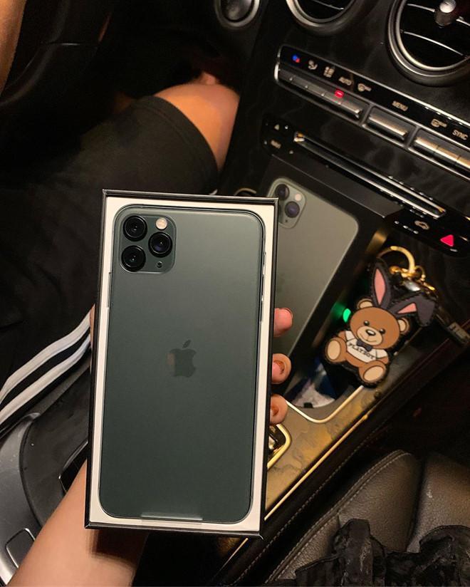 Bạn trai nhà người ta toàn tặng nửa kia iPhone 11, mỹ phẩm, hàng hiệu-7