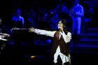 Hà Anh Tuấn mời khán giả không có vé vào sân khấu