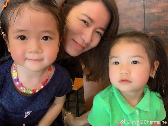 Lần đầu khoe con gái, Xa Thi Mạn vẫn nổi bần bật vì gương mặt cực trẻ trung nhờ nhan sắc lão hóa ngược ở tuổi 44-5