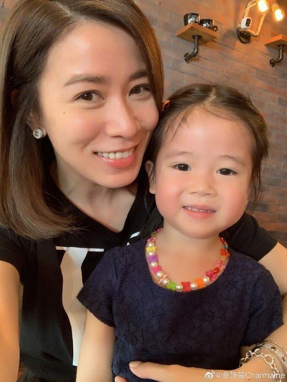 Lần đầu khoe con gái, Xa Thi Mạn vẫn nổi bần bật vì gương mặt cực trẻ trung nhờ nhan sắc lão hóa ngược ở tuổi 44-8