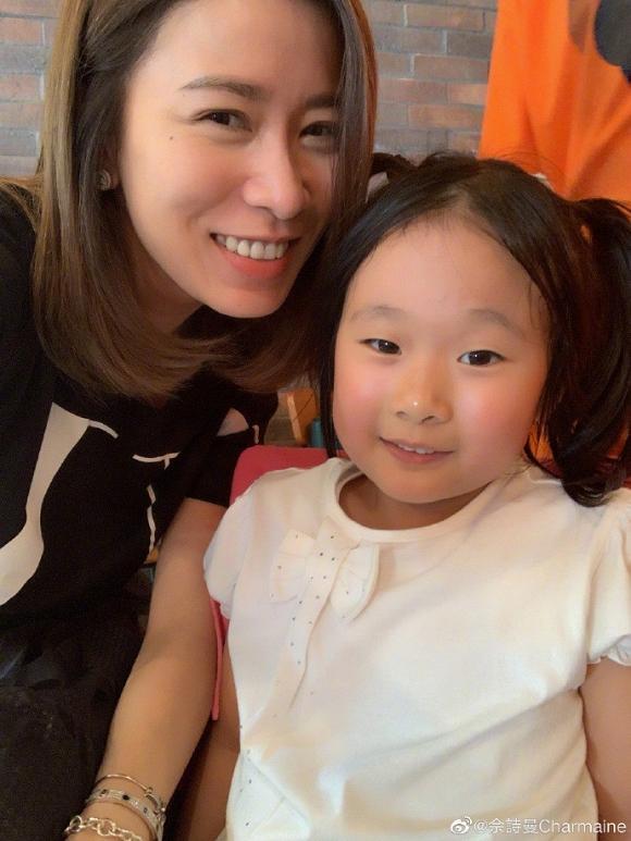 Lần đầu khoe con gái, Xa Thi Mạn vẫn nổi bần bật vì gương mặt cực trẻ trung nhờ nhan sắc lão hóa ngược ở tuổi 44-9