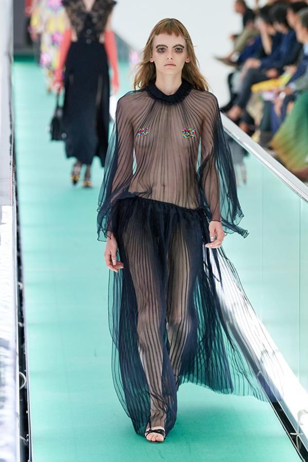 Người mẫu để ngực trần đi catwalk ở show Gucci tại tuần lễ thời trang Milan-2