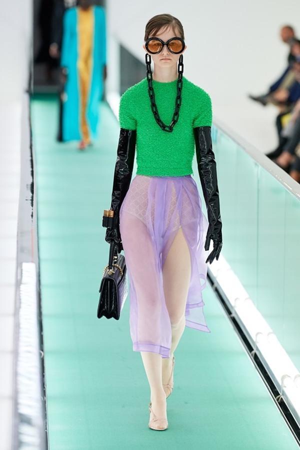 Người mẫu để ngực trần đi catwalk ở show Gucci tại tuần lễ thời trang Milan-4