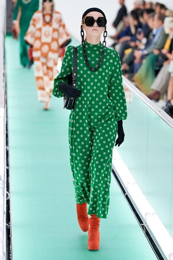 Người mẫu để ngực trần đi catwalk ở show Gucci tại tuần lễ thời trang Milan-5