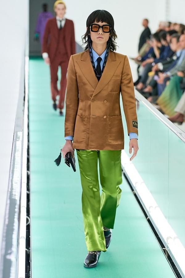 Người mẫu để ngực trần đi catwalk ở show Gucci tại tuần lễ thời trang Milan-7