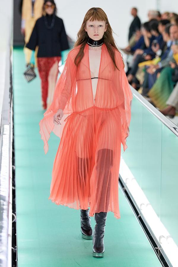 Người mẫu để ngực trần đi catwalk ở show Gucci tại tuần lễ thời trang Milan-9
