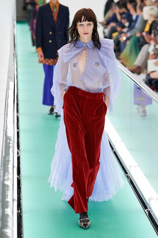 Người mẫu để ngực trần đi catwalk ở show Gucci tại tuần lễ thời trang Milan-10