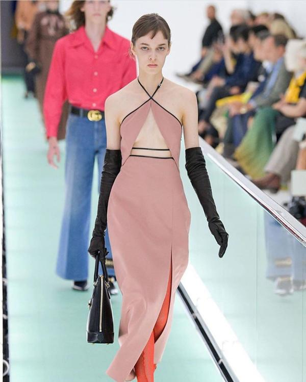 Người mẫu để ngực trần đi catwalk ở show Gucci tại tuần lễ thời trang Milan-11