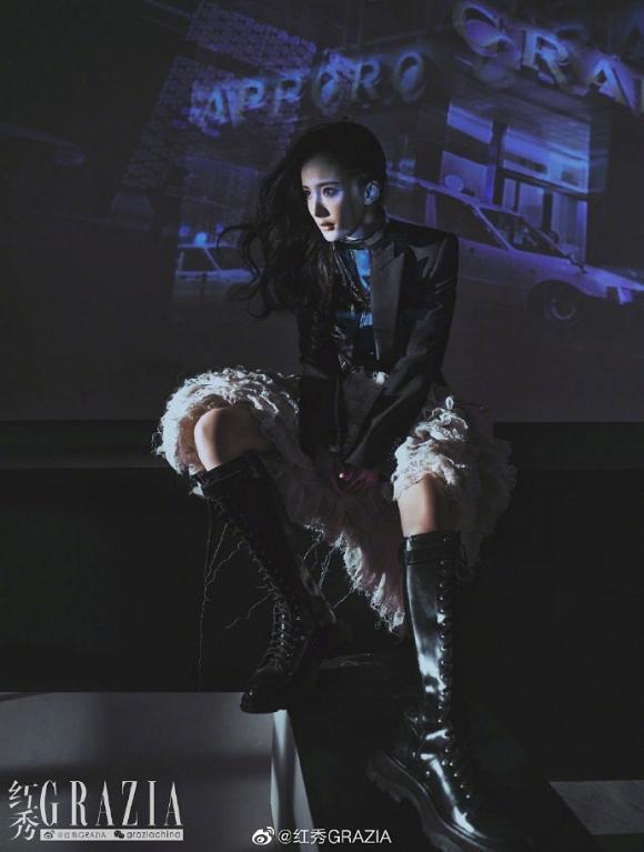 Bị ghét nhất Cbiz, Dương Mịch vẫn thoải mái diện váy xẻ cao, khoe chân thon dài đẹp hết phần thiên hạ-2