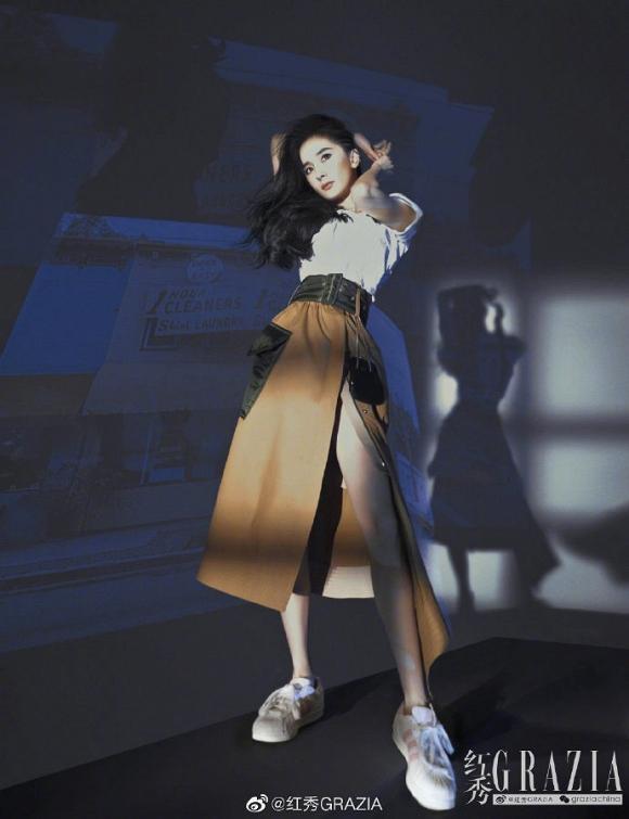 Bị ghét nhất Cbiz, Dương Mịch vẫn thoải mái diện váy xẻ cao, khoe chân thon dài đẹp hết phần thiên hạ-3