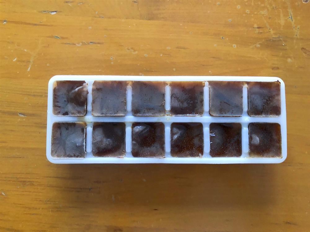 Bỏ cà phê vào khay đá rồi cho vào tủ lạnh, vài tiếng sau được món tuyệt phẩm ai cũng mê-1