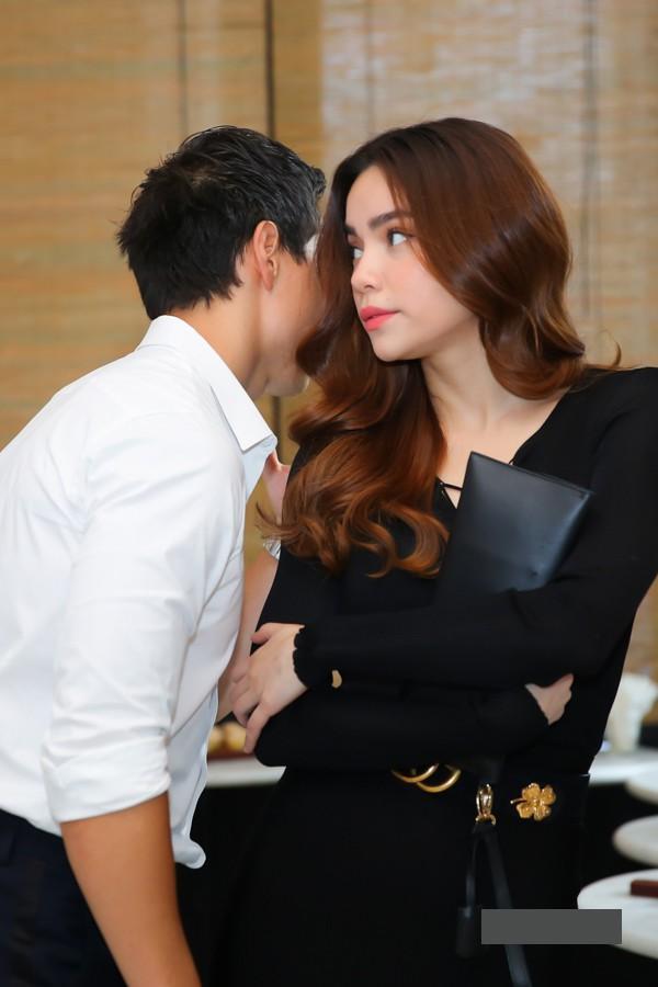 Lộ ảnh Kim Lý và Hồ Ngọc Hà ôm hôn tình tứ trên máy bay đông người-16