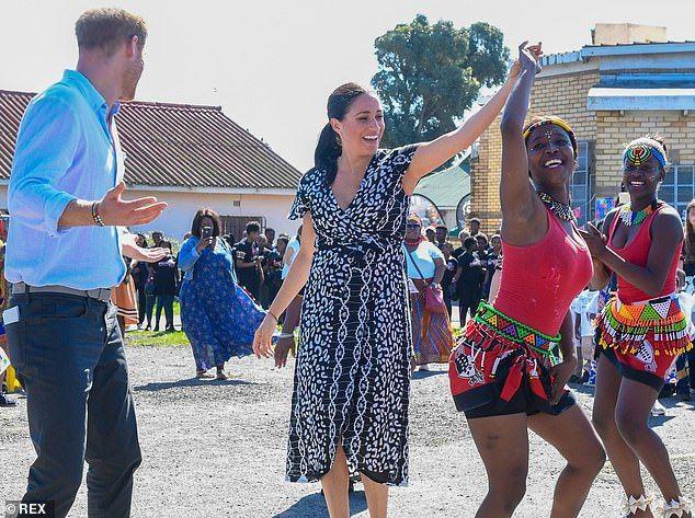 Công nương Meghan Markle bị chỉ trích vì mặc váy hở hang, phạm quy định Hoàng Gia-1