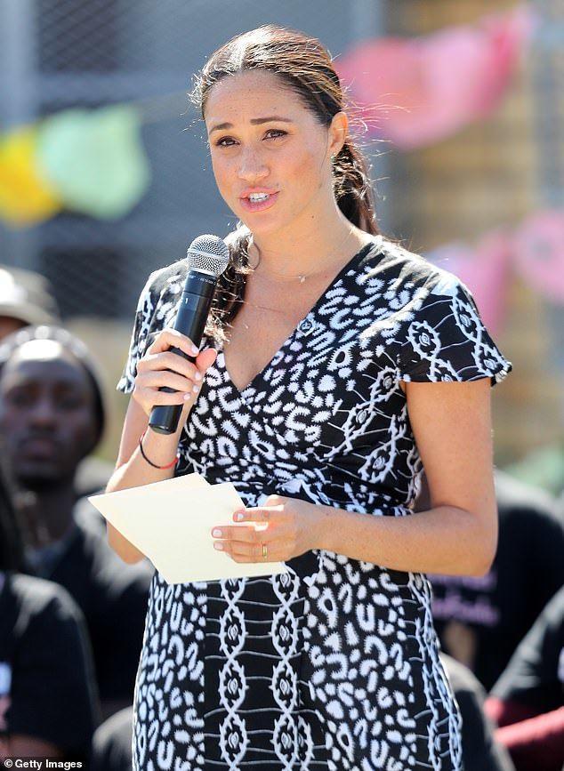 Công nương Meghan Markle bị chỉ trích vì mặc váy hở hang, phạm quy định Hoàng Gia-6