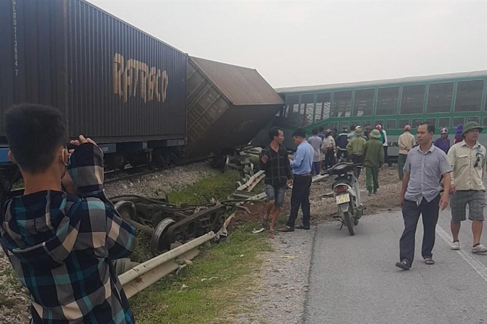 Xe tải vượt đường sắt, tàu hỏa chở hàng đứt khúc la liệt ở Nghệ An-1