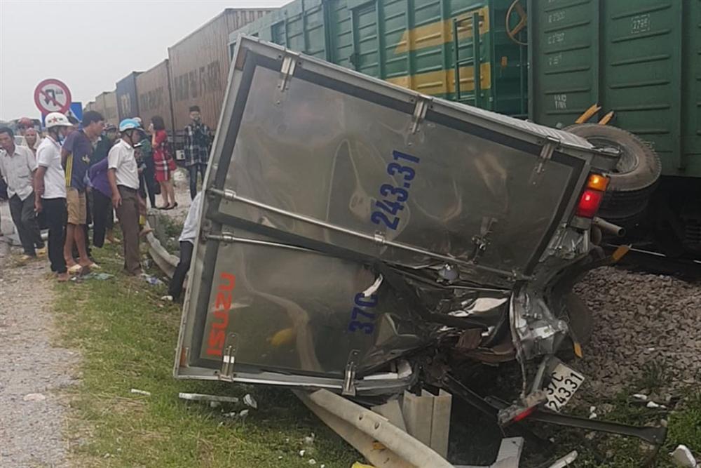 Xe tải vượt đường sắt, tàu hỏa chở hàng đứt khúc la liệt ở Nghệ An-2