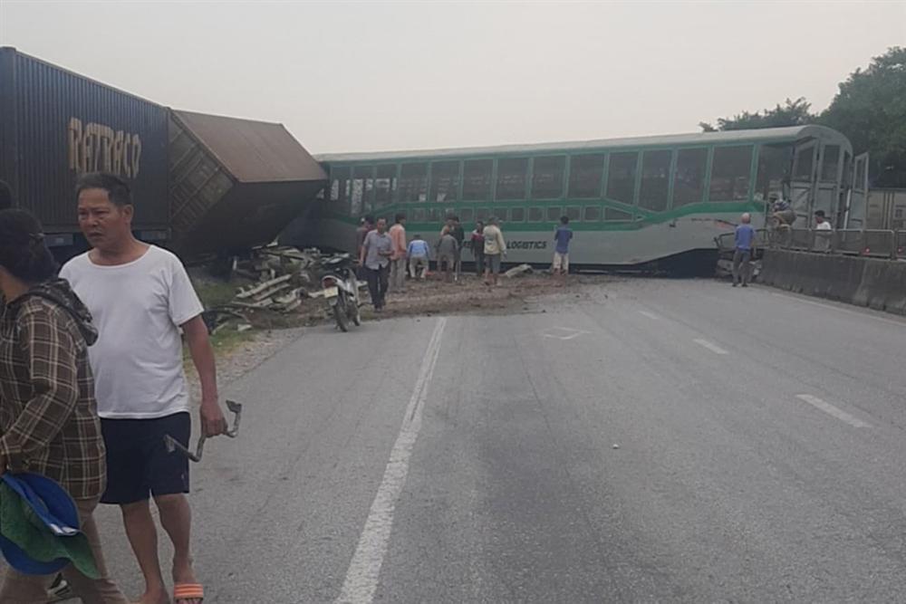 Xe tải vượt đường sắt, tàu hỏa chở hàng đứt khúc la liệt ở Nghệ An-3