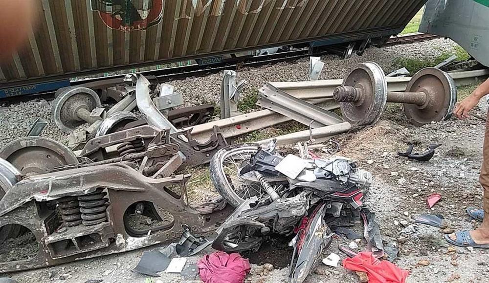 Xe tải vượt đường sắt, tàu hỏa chở hàng đứt khúc la liệt ở Nghệ An-4