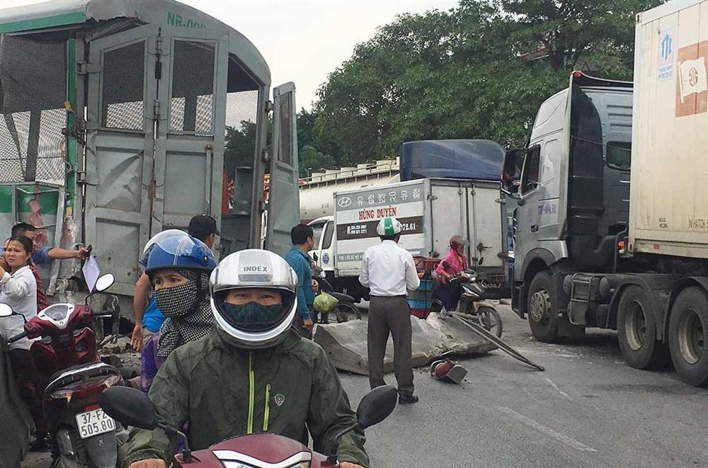 Xe tải vượt đường sắt, tàu hỏa chở hàng đứt khúc la liệt ở Nghệ An-5