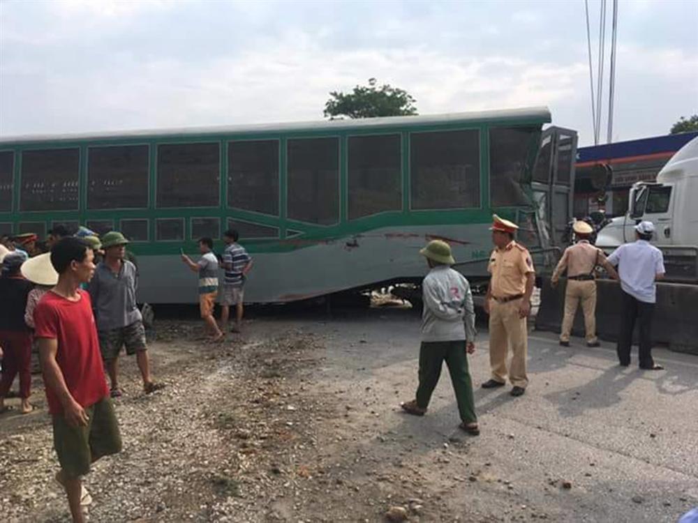 Xe tải vượt đường sắt, tàu hỏa chở hàng đứt khúc la liệt ở Nghệ An-8