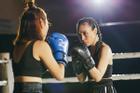 Chẳng anh người yêu nào dám từ chối khi nhìn Mỹ Tâm trổ tài đấm boxing kinh dị thế này!