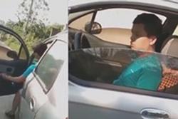 Clip: Tài xế ô tô tông ngã hai mẹ con, đã không xin lỗi còn dọa 'Tao đấm cho cái vào mặt giờ, muộn cả giờ làm'