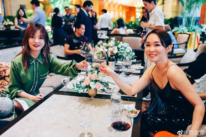 Tiểu Long Nữ Phạm Văn Phương diện váy 2 dây quyến rũ bên Triệu Vy-2