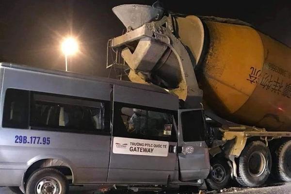 Ô tô trường Gateway tông xe bồn, tài xế nhập viện cấp cứu-1