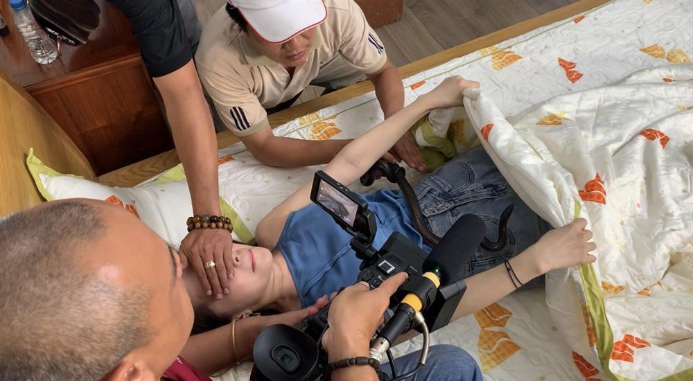 Nhã tiểu tam Quỳnh Nga la hét bỏ chạy khi bị rắn bò lên người-1