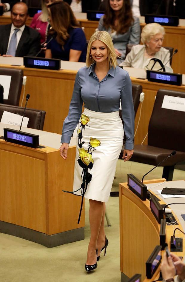 Nhã Phương tự dìm hàng với chiếc đầm lưng dài hơn chân - Phạm Quỳnh Anh mặc váy ngủ đi sự kiện-9