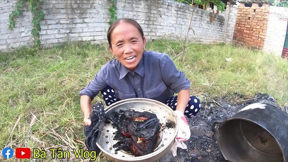 Bà Tân Vlog gây xôn xao khi làm món ăn bị cháy đen thui, nội dung thực hiện clip cũng bất ngờ thay đổi-4