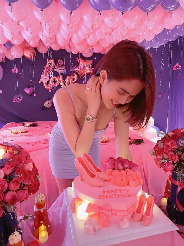 Ngọc Trinh vô tình để lộ bạn trai trong ngày sinh nhật: Dân mạng thi nhau thắc mắc U50 hay U70?-1