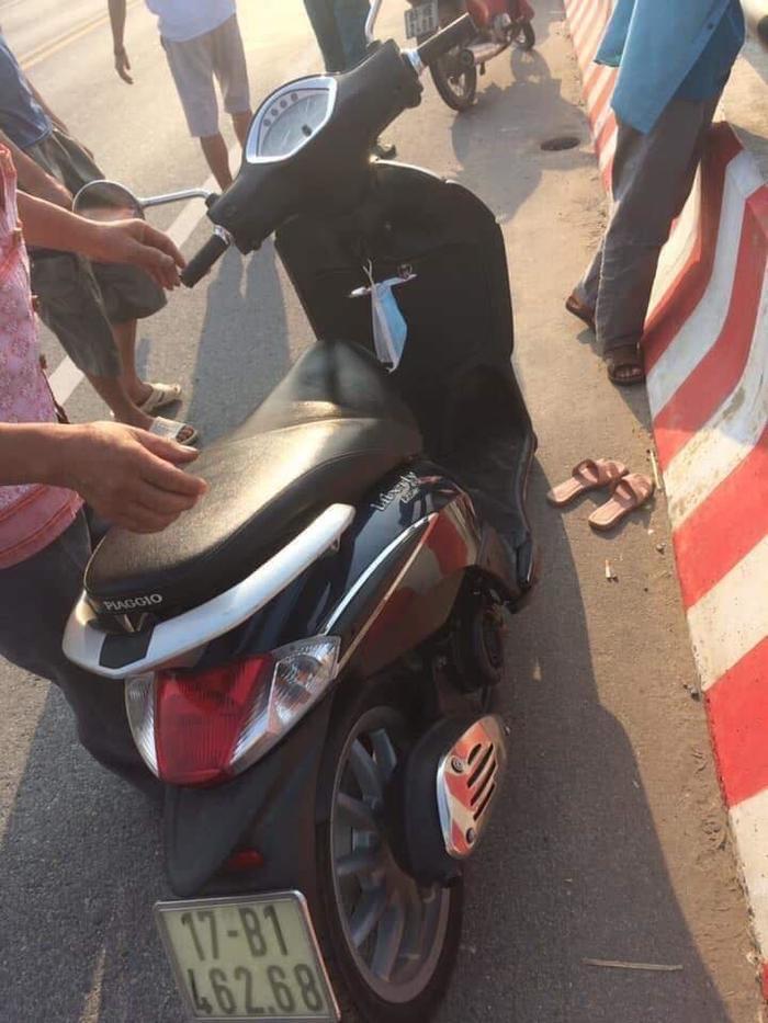 Người phụ nữ để lại xe máy cùng đôi dép trên cầu Thái Hà rồi nhảy xuống sông tự tử-1